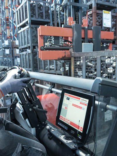 Stapler mit Fahrzeugterminal im Hochregallager